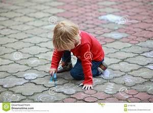 Image D Enfant : dessin d 39 enfant avec la craie image stock image du concentr abstrait 31195795 ~ Dallasstarsshop.com Idées de Décoration