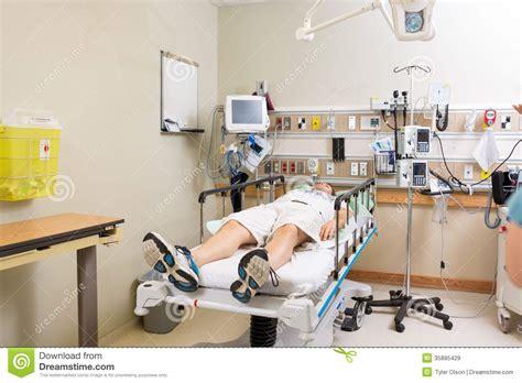 h el dans la chambre patient se trouvant sur le lit dans la chambre d 39 hôpital