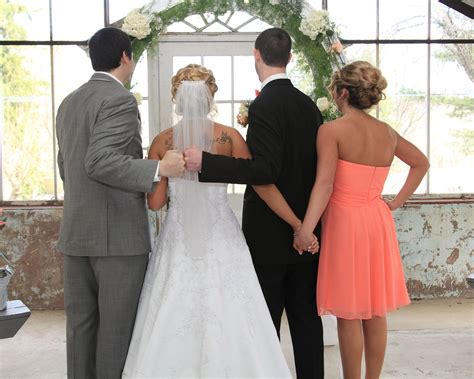 Super Cute Wedding Pose To Do With Best Man And Maid Of