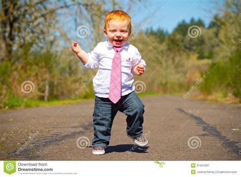 baby erste schritte stockfoto bild kinder