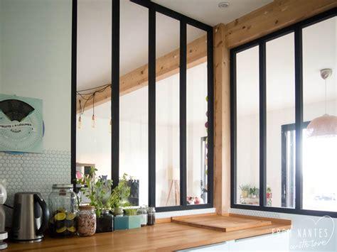 vitre separation cuisine cuisine quipe avec plans de travail en granit noir une verrire pour sparer la cuisine et apporter une touche dco les 5