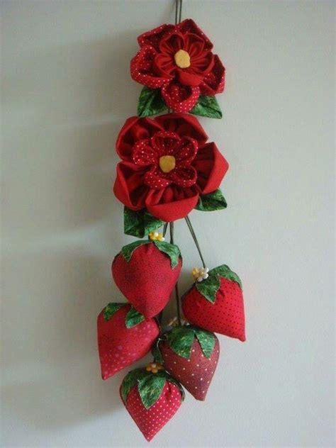 Flor de fuxico e morangos   Guirlanda ,filtros dos sonhos