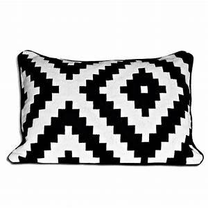 Tapis Ikea Noir Et Blanc : graphique chic 20 meubles et accessoires d co noir et blanc housse de coussin lappljung ruta ~ Teatrodelosmanantiales.com Idées de Décoration