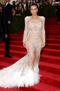kim kardashian sexy en robe transparente sur le tapis With robe transparente video
