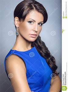 beautiful brunette girl in a blue dress with evening make With maquillage robe bleu