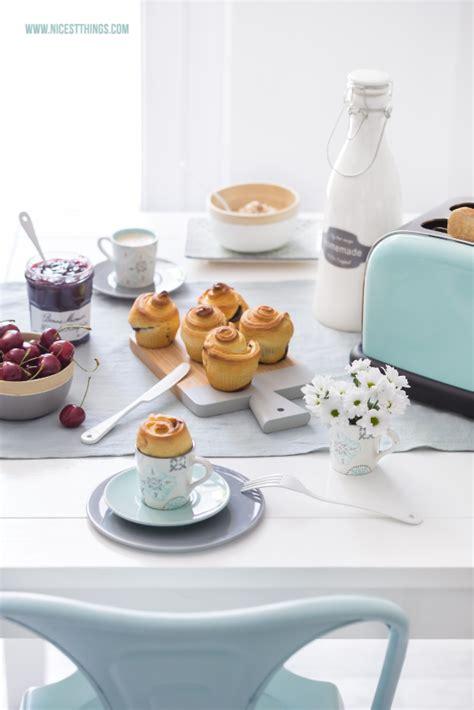 Mini Brioches Mit Schokolade Und Frühstückstisch In