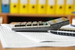 Schreibtischhöhe Berechnen : taschenrechner auf b ro schreibtisch seitenansicht stift und papier stockfoto colourbox ~ Themetempest.com Abrechnung