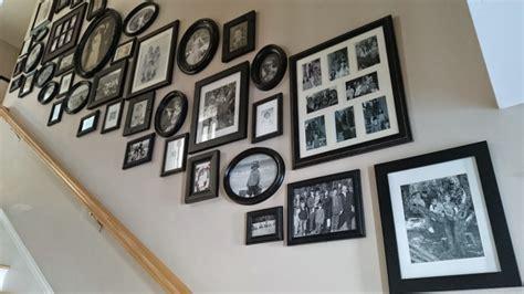 wand mit bilderrahmen treppenhaus renovieren ideen streichen bildwand deko schwarze bilderrahmen graue wand mit gr 252 n