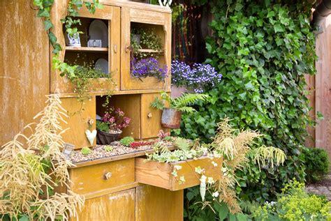 Der Alte Schrank Findet Im Garten Ganz Neue