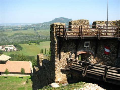 A szigligeti vár a balaton felvidék leglátványosabb vára, melyet a pannonhalmi apátság építtetett 1260 és 1262 között. Szigligeti Vár, 1. kép - Szigliget