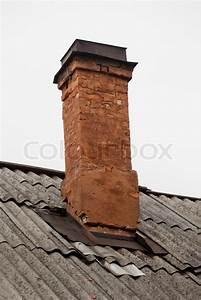 Schornstein Bausatz Stein : alten gemauerten schornstein auf dem dach gegen himmel stockfoto colourbox ~ Yasmunasinghe.com Haus und Dekorationen