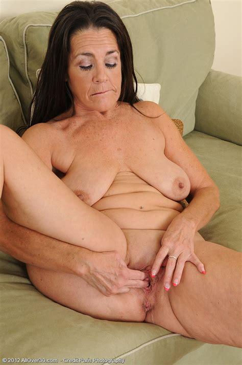 brunette mature tia finger play her clam milf fox