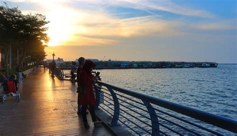 waterfront baywalk mall pluit tempat berburu sunset