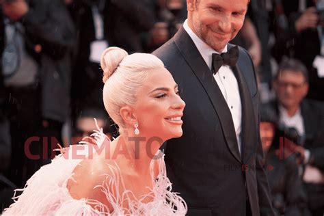 Venezia 75  Lady Gaga E Bradley Cooper Sfilano Sotto La Pioggia
