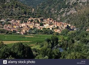 La France  L U0026 39 H U00e9rault  Vall U00e9e De L U0026 39 Orb  Village De Roquebrun Dans La Distance Et L U0026 39 Aoc Saint