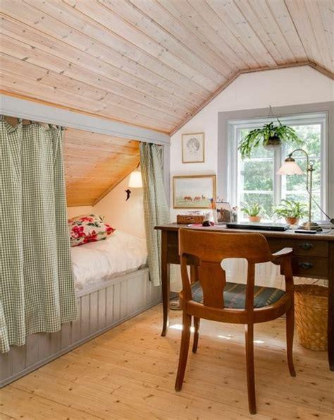 une chambre à la cagne simple amenagement combles parquet clair bureau en bois