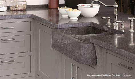 plan de travail cuisine gris entretien nettoyer la bleue dans une cuisine