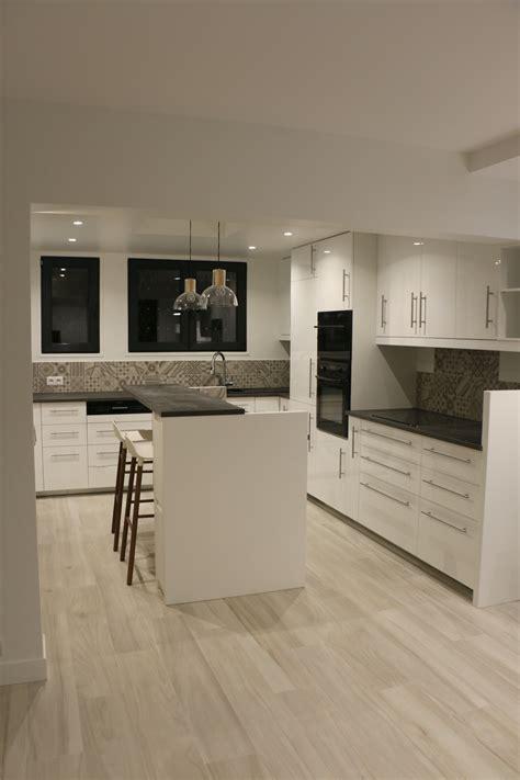 cuisine plancher bois cuisine blanche plan de travail gris effet béton sol