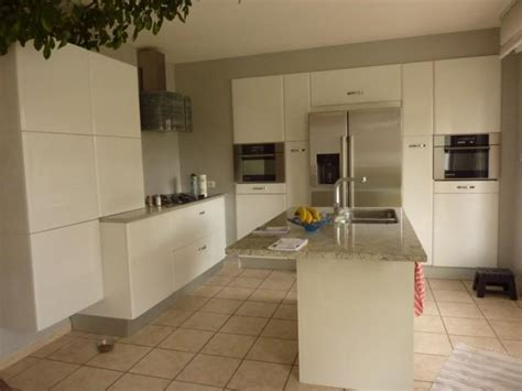 meubles cuisine inox cuisine en laque brillante coloris blanc et granit l p n s concept et creation armony cuisine