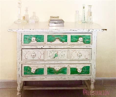 como decapar un mueble envejecer un mueble pintado decapado y con elementos
