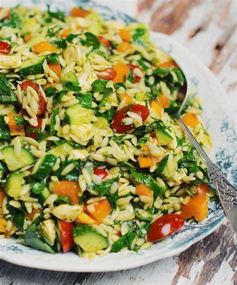 cuisiner rapidement salade d orzo avec fromage bocconcini pesto et légumes du