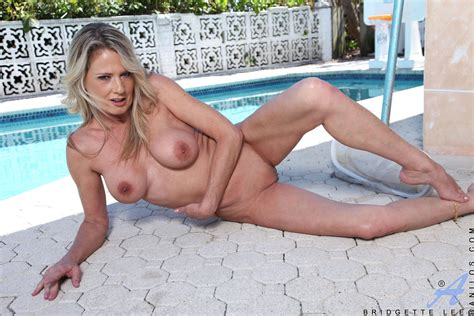 bikini cougar bridgette lee by the pool free cougar sex
