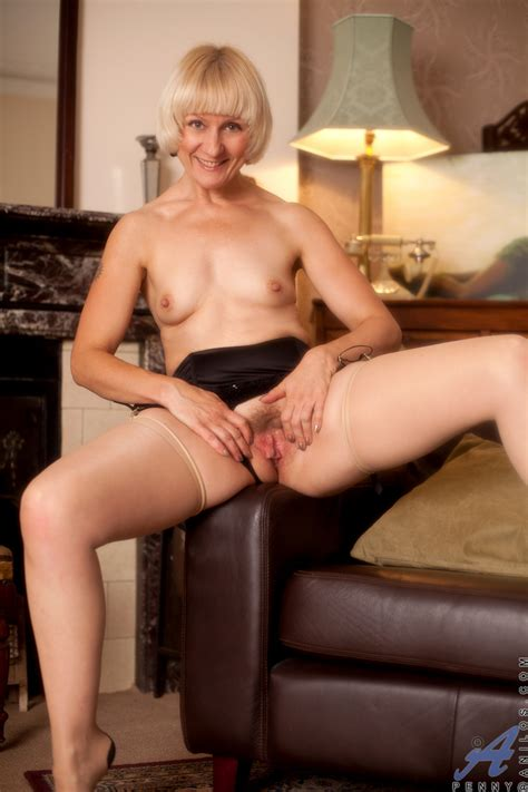 Elegant Anilos Penny Pleasures Her Mature Hairy Pussy With
