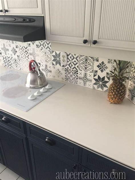 peinture carrelage cuisine repeindre des carreaux avec de la chalk paint et des pochoirs deco cuisine carreaux de