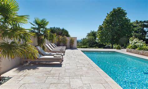 tour de piscine plage de piscine quel rev 234 tement pour votre terrasse de piscine
