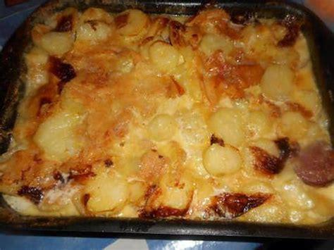 cuisiner une saucisse de morteau recette de tartiflette aux saucisses de morteau