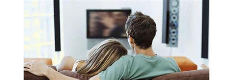 divano e tv sul divano di casa davanti alla tv poi la scoperta