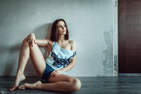 Girls Spreading The Legs Nude Photos