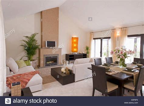 salotto sala da pranzo sedie in pelle marrone scuro e tavolo in legno openplan