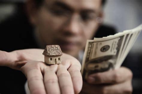 casa e affari le donne di affari mettere soldi moneta in moneta per il