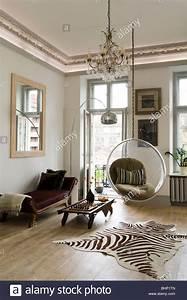 Teppich Im Wohnzimmer : eero aarnio blase stuhl im wohnzimmer mit zebra haut teppich und kronleuchter stockfoto bild ~ Frokenaadalensverden.com Haus und Dekorationen