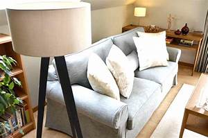 canape gris deco finest canape gris et blanc canape gris With tapis peau de vache avec canapé droit convertible scandinave