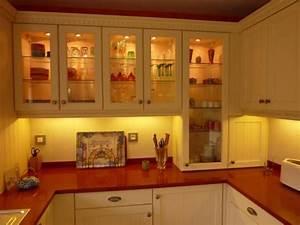 cuisine cottage coloris laque beige avec technostone rouge With cuisine beige et rouge