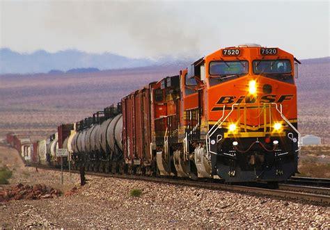 File:BNSF 7520 GE ES44DC in Mojave Desert.jpg - Wikimedia ...