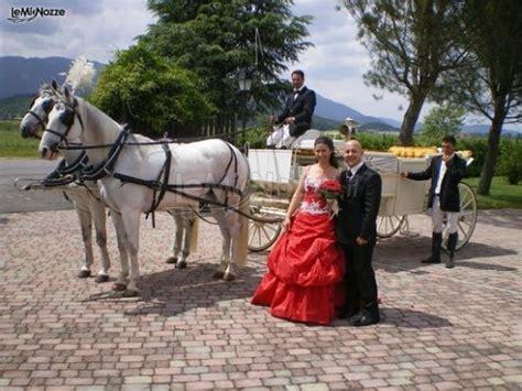 carrozza sposi sposi in posa fotografica con la carrozza con cavalli