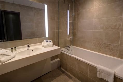 salle de bain avec baignoire photo de h 244 tel arles plaza