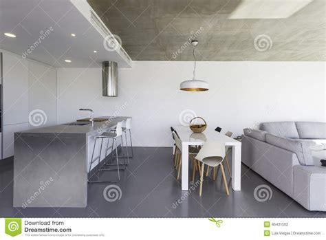 cocina moderna  el piso gris  la pared blanca foto de