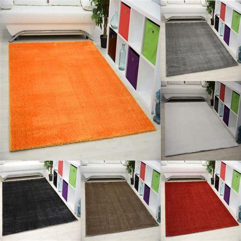 tapis chambre gar輟n pas cher tapis d 39 intérieur uni noir alvin pas cher