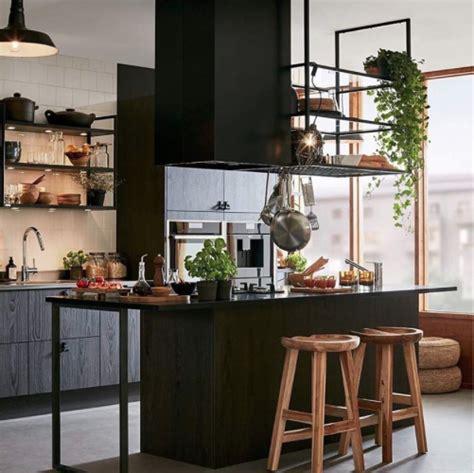une etagere metal suspendue au plafond dans la cuisine