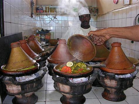 cuisiner dans un tajine en terre cuite comment choisir un plat à tajine conseils utiles