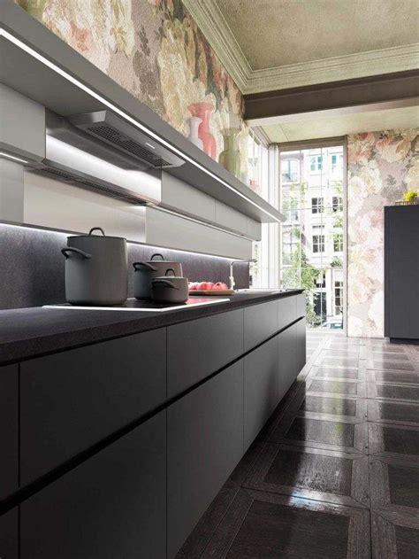 bande led cuisine plan de travail en granit noir pour une ambiance tendance