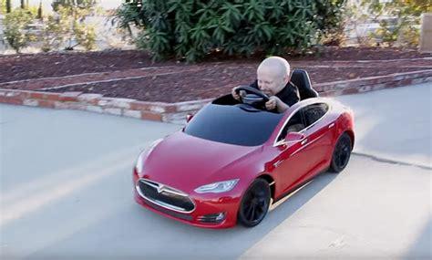 Lilliputter Verne Troyer en zijn mini-versie van de Tesla ...