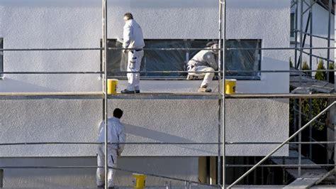 Fassade Streichen Der Vorbereitung Bis Zum Fertigen Anstrich by Fassade Streichen Welche Farbe Parsvending