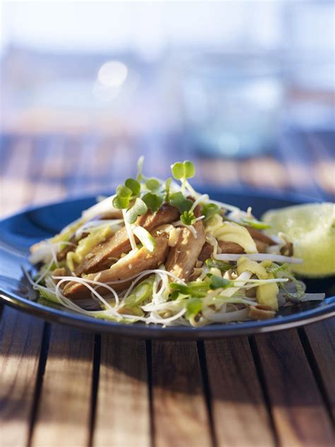 recette cuisine thailandaise traditionnelle recette pad thaï au poulet cuisine madame figaro