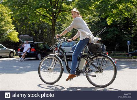 e bike träger ragazza equitazione sulla bicicletta elettrica pedelec ebike e bike dortmund germania foto