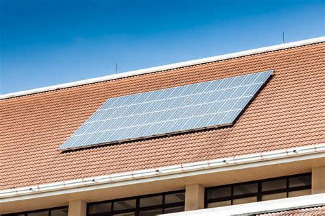 panneau solaire sur le toit de l immeuble de bureaux photo stock image 47998173